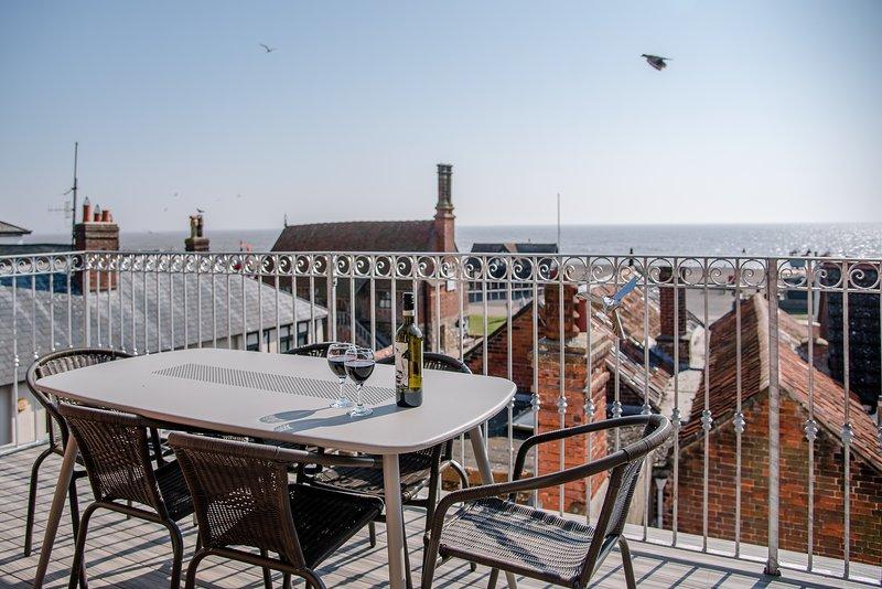 Aldeburgh Lookout Holiday Let 3 Bedroom + Sleeps 6 comfortably Top Reviews, vacation rental in Aldeburgh