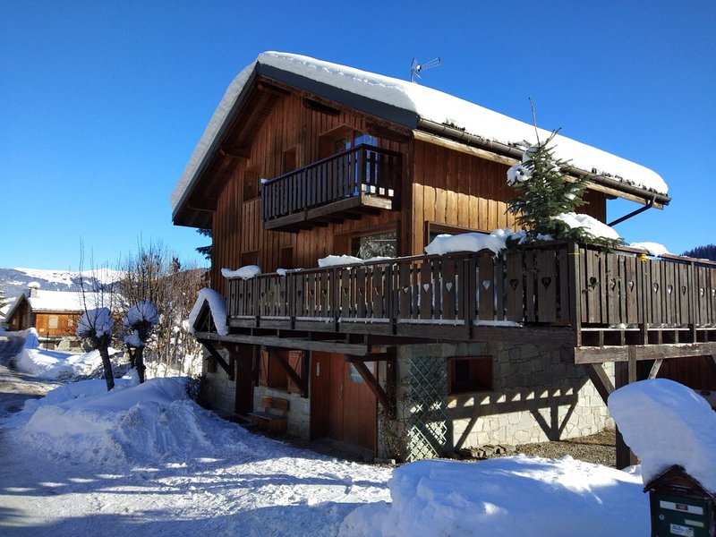 Chalet Sardonnere - A Wonderful 4/5 Bedroom Chalet with Great Views, holiday rental in Meribel