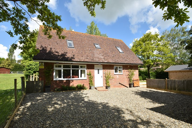 Lyndhurst Cottage in Peasmarsh only 3 miles from Rye, East Sussex, sleeps up to 6 guests