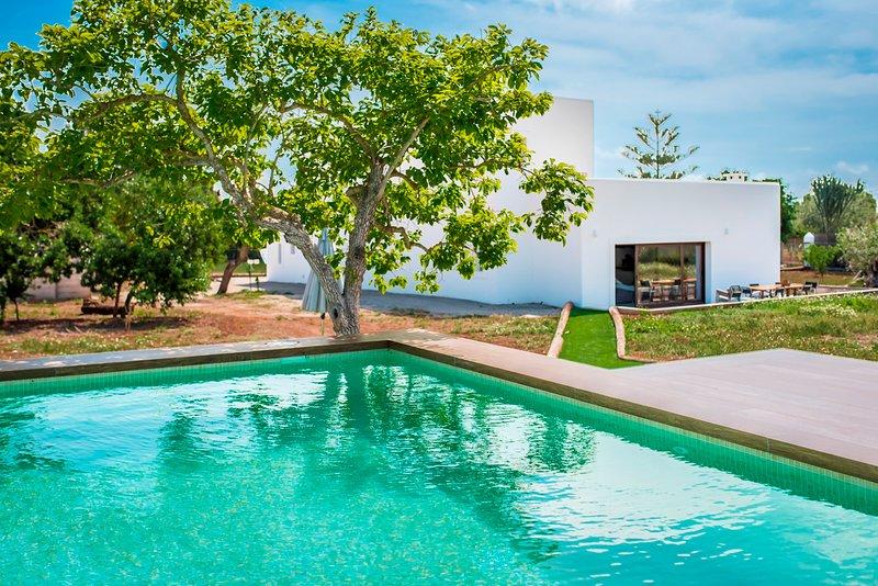 Villa a 5km de playa Salinas, con piscina, Wi-Fi y jardín, holiday rental in Es Codolar