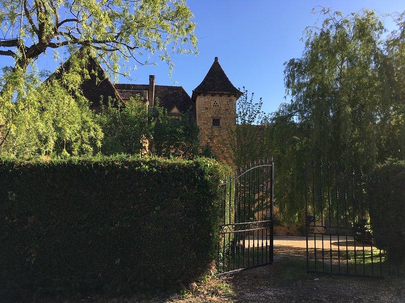 Stone Barn with private pool, aluguéis de temporada em Grolejac