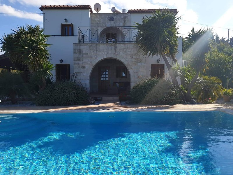 Luxury Villa, panoramic sea view, private pool, wifi, outdoor kitchen and living, holiday rental in Kefalas
