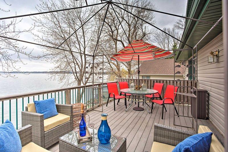 Spacious House w/Deck & Yard on Lake Francis!, alquiler de vacaciones en Mankato