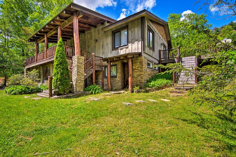 Highlands 'Horse Cove Cottage' w/Hot Tub!, vacation rental in Highlands