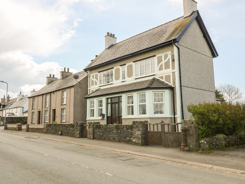 MINFFORDD, pet-friendly, lawned garden, close to beach, Newborough, Ref 930300, holiday rental in Dwyran