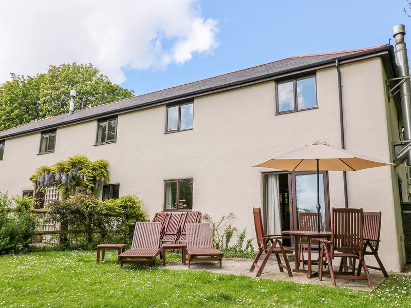 CORKY'S COTTAGE, end-terrace, en-suite, woodburner, shared indoor swimming pool, holiday rental in Poughill