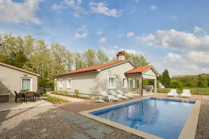 Charming villa with tended garden and pool, casa vacanza a Sumber