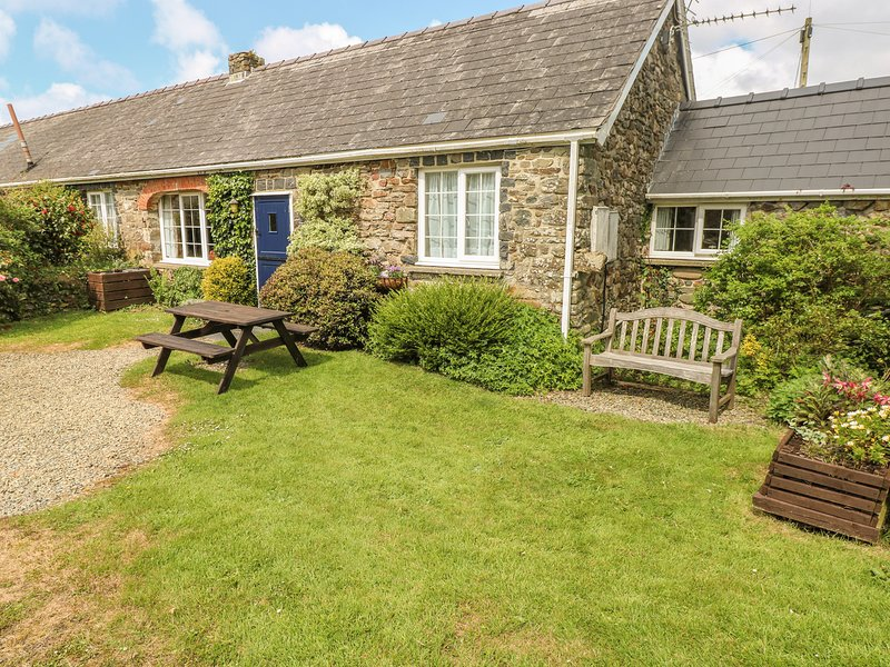 EYNONS COTTAGE, pet friendly, character holiday cottage, with a garden in Roch, holiday rental in Newgale
