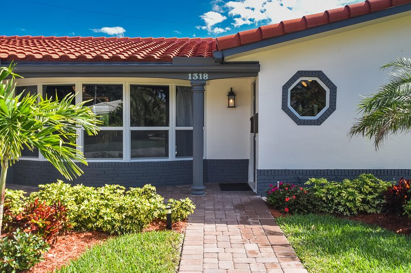 Luxury Deerfield Beach Vacation Villa-1600 sq. ft. & 400 sq. ft. enclosed patio, location de vacances à Lighthouse Point