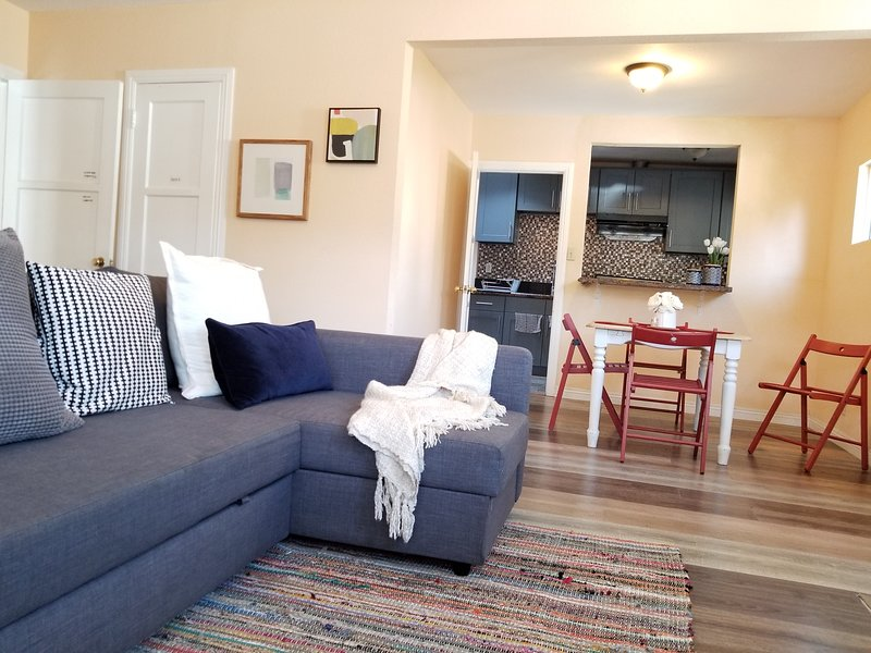 Whole Front House Private Entrance Great Location, holiday rental in Santa Monica