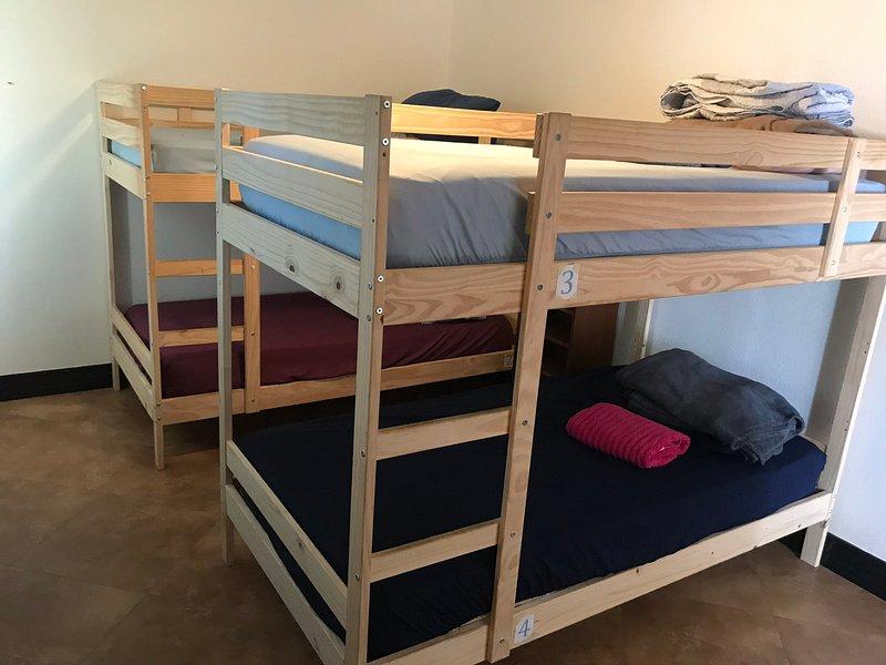 4-bed mixed dorm room 2, alquiler vacacional en Costa Mesa