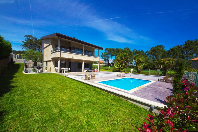 Luxury villa near Montalvo beach with pool, gym and game room., vacation rental in Sanxenxo