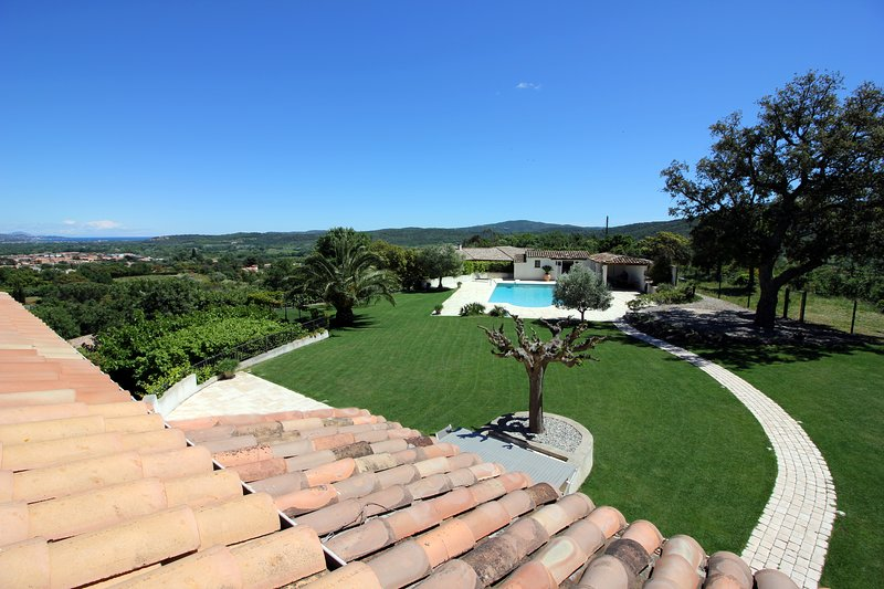 DELIGHTFUL LUXURY VILLA WITH PANORAMIC SEA AND COUNTRY VIEWS, vacation rental in Cogolin