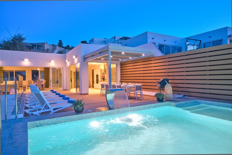 Amazing 5-bedroom 5-bathroom Villa with pools, vacation rental in Mellieha
