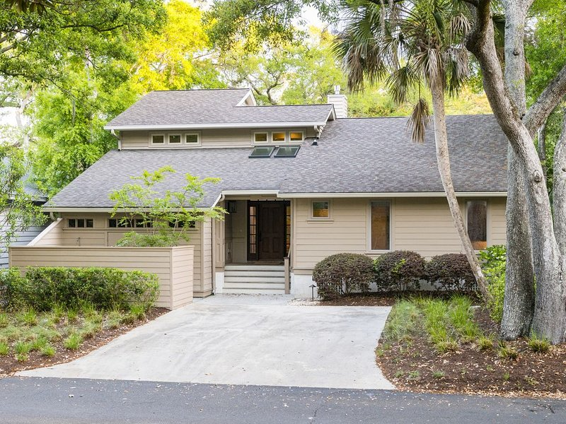 5 bedroom home with a 3 minute walk to the beach! *resort amenities*, holiday rental in Johns Island