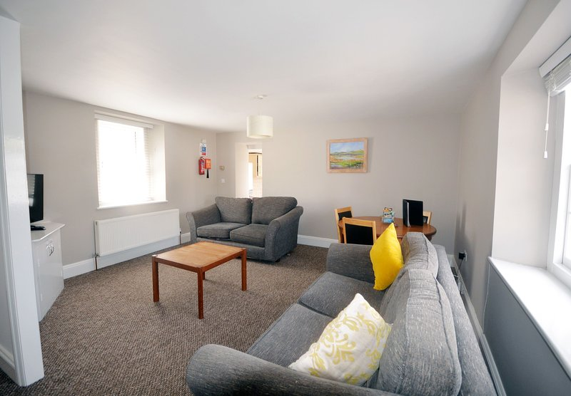 Apartment 12 Trinity Mews - Perfect location for 2 bed 2 bath ground floor apart, vacation rental in Torquay