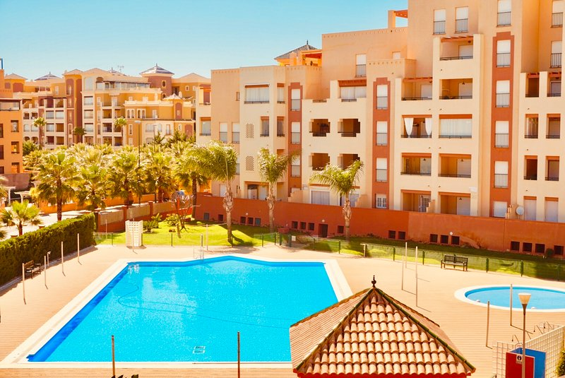 Lujoso apartamento en urbanización con piscina - B15, holiday rental in Isla Canela