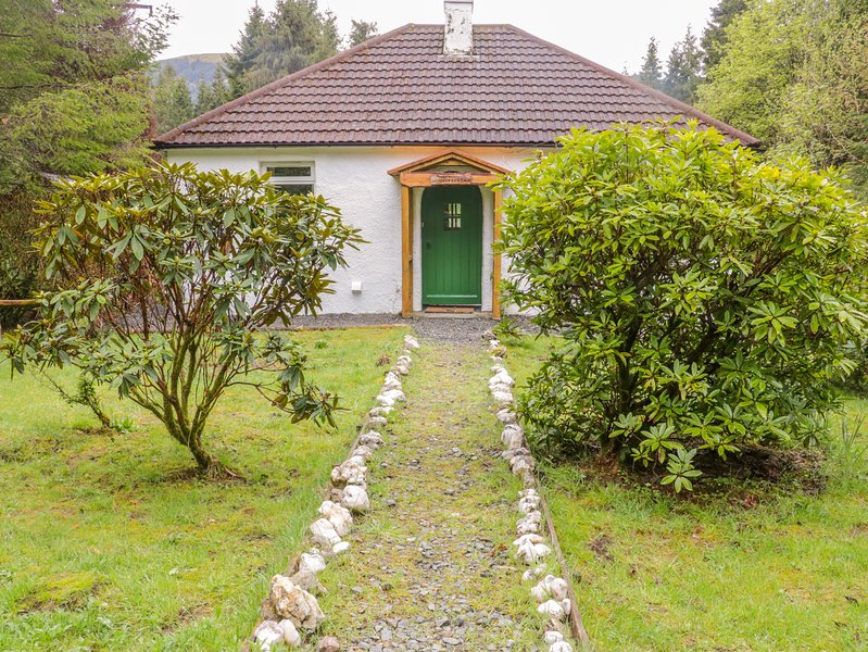NURSERY COTTAGE, Woodburner, WiFi, Country views, near Benmore, holiday rental in Loch Eck