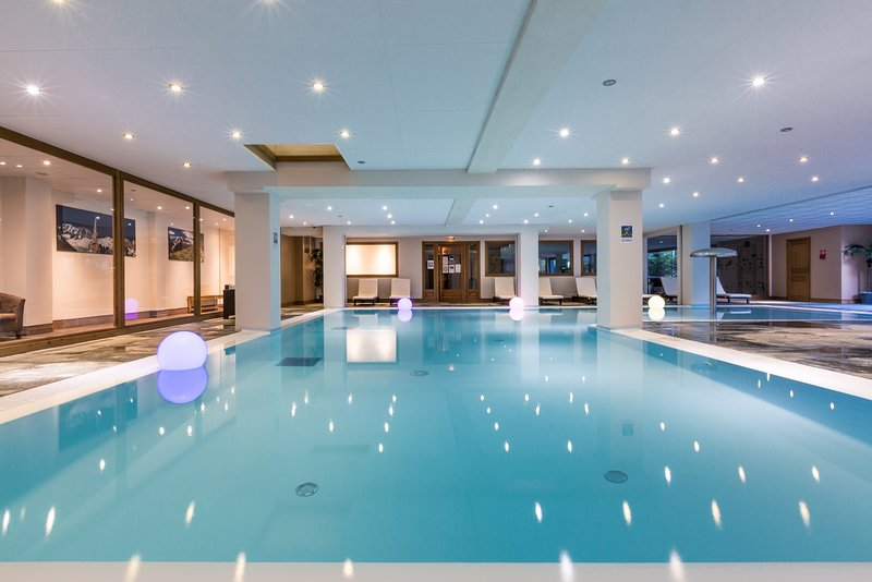 Disfrute de las excelentes comodidades en el lugar, incluida la hermosa piscina cubierta.