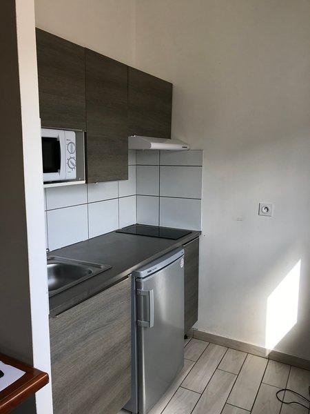 Studio avec cuisine équipée ,salle d'eau, bureau,dressing,télé,,Wifi,ethernet, holiday rental in Roanne City