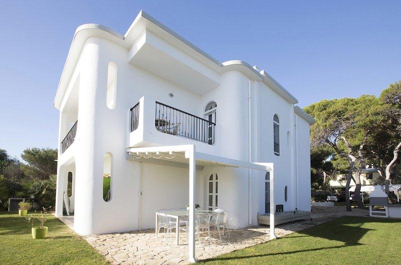 Traumurlaub in privater Villa am Strand, holiday rental in Villa San Pietro