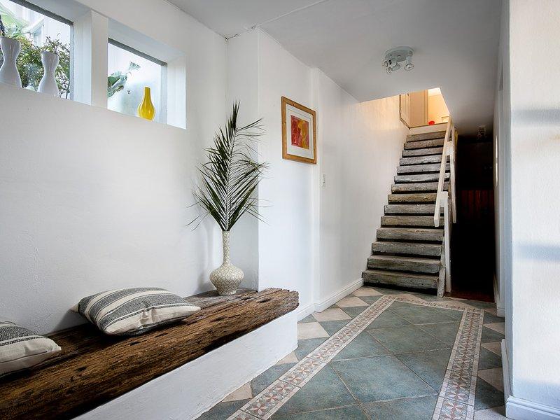 Noordhoek Beach Villa - hall de entrada e escada