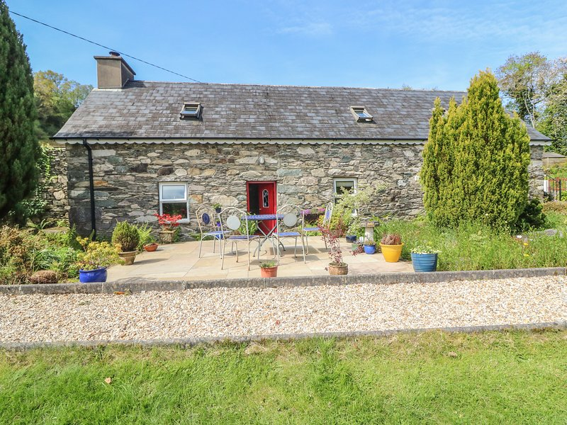 AN LOCHTA FADA, pet friendly, character holiday cottage, with a garden in – semesterbostad i County Cork