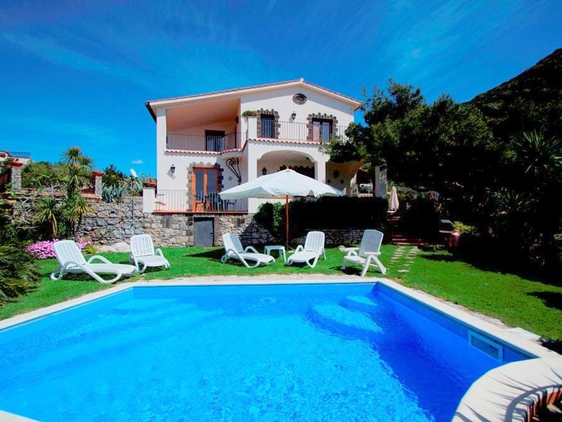 Marina del Cantone Villa Sleeps 17 with Pool and WiFi - 5248171, vacation rental in Roncato