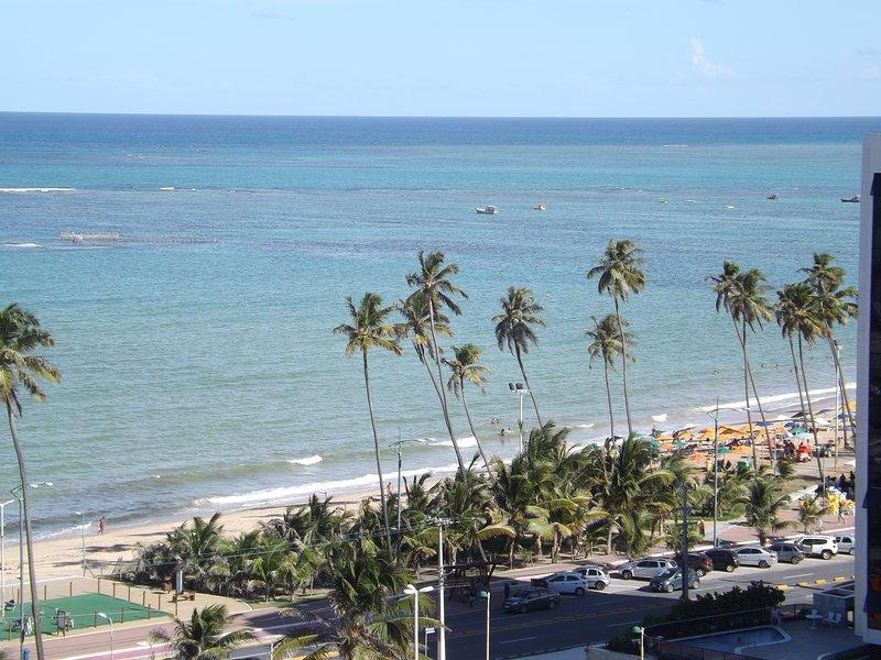 Apartamento con vista al mar a 100 metros de la playa, holiday rental in Maceio
