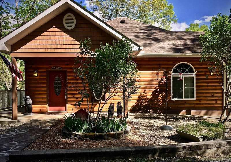 Peaceful Privacy and Gorgeous Views! Hot Tub, WiFi, Fire Pit, Lake/River 10 Min, holiday rental in Bryson City