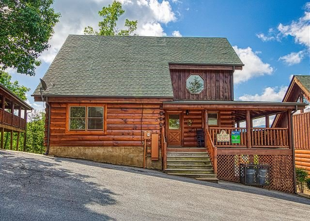 Pigeon Forge Cabin with Views, Arcade Games, Indoor/Outdoor Pool, Pool table!, holiday rental in Jefferson City