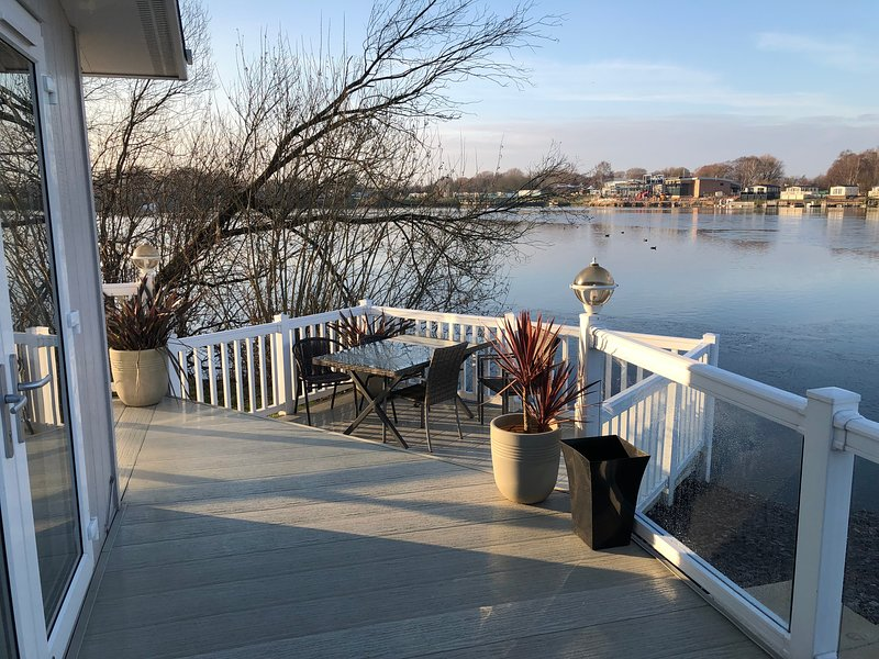 17 Misty Bay, Lakeside Lodge with Hot Tub, holiday rental in Tattershall