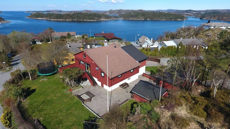 Nice and big house, near to Bergen. Lovely sea view, location de vacances à Sotra