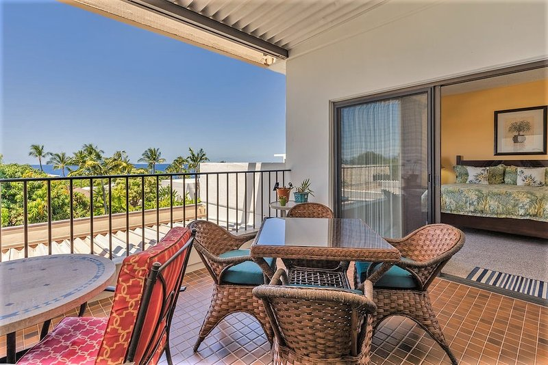 Sit back and relax. Panoramic ocean views and beautiful sunsets from my private lanai!