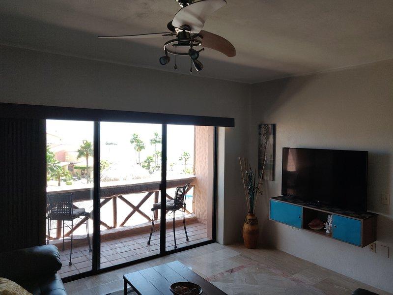 Sala de estar recientemente remodelada con televisión inteligente de 55 pulgadas