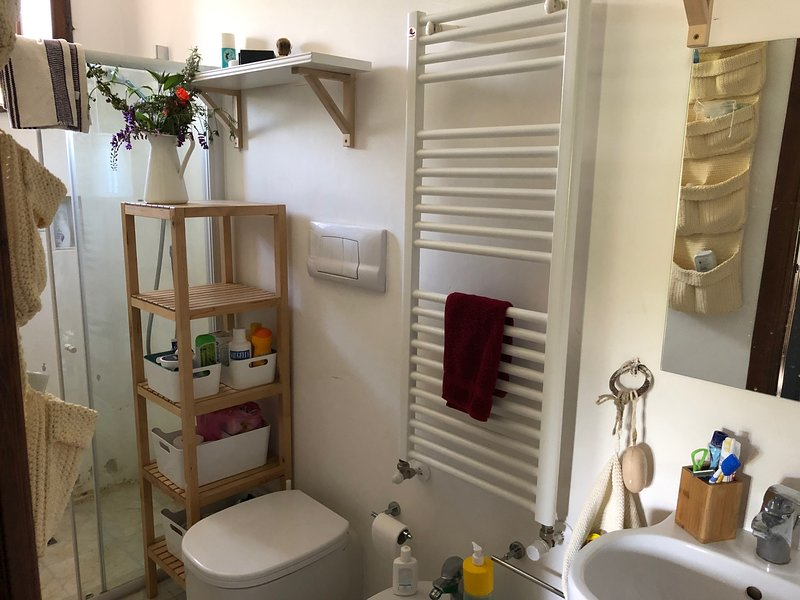 The bathroom of the House of the Almond Tree (4 guests)