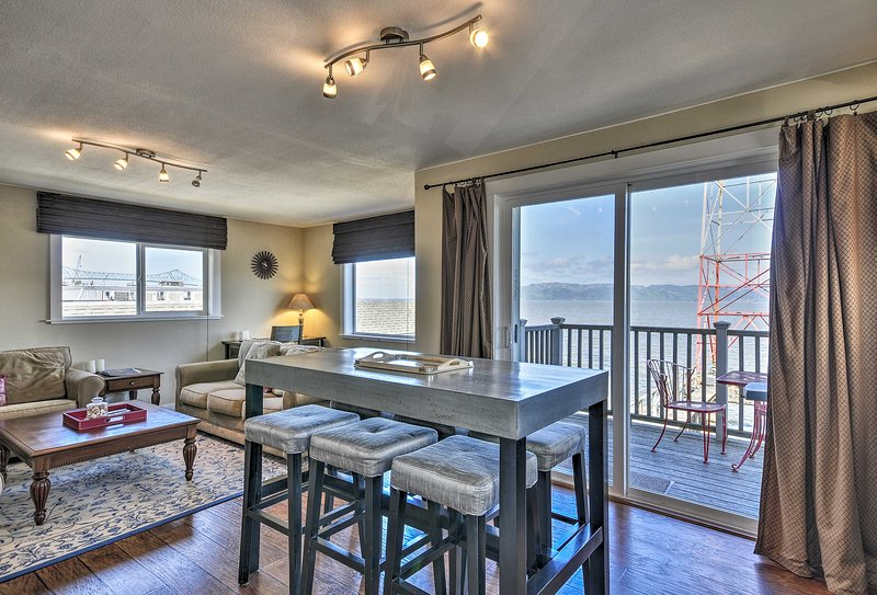 Waterfront Condo on Pier in Downtown Astoria!, holiday rental in Hammond