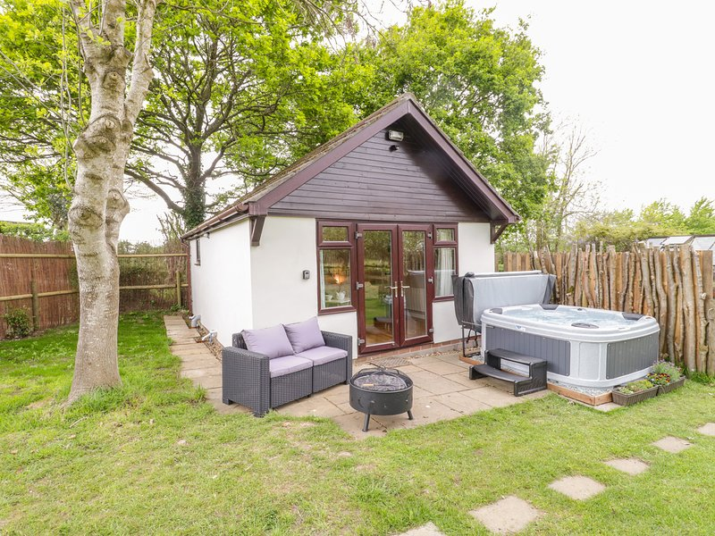 Pheasant Lodge, hot tub, open-plan living, fire pit, near Wimborne Minster, holiday rental in Horton
