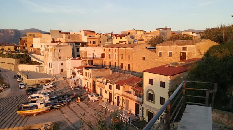 Old town apartment in Trappeto. Ideal for couples., alquiler de vacaciones en Trappeto