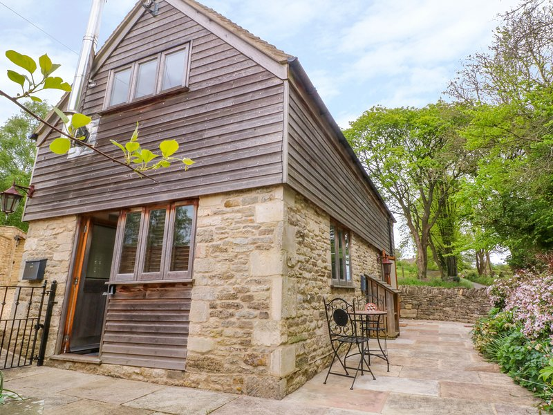 TICKMOREND BARN, WiFi, wood burning stove, Nailsworth, vacation rental in Nailsworth