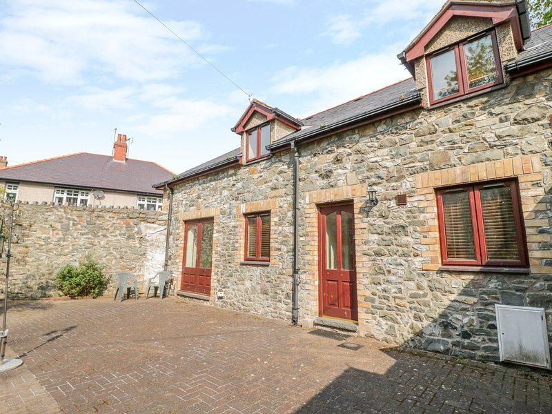 2 HWYRFRYN STABLES, WiFi, Electric woodburner, Enclosed courtyard, Penmaenmawr, vacation rental in Llanfairfechan