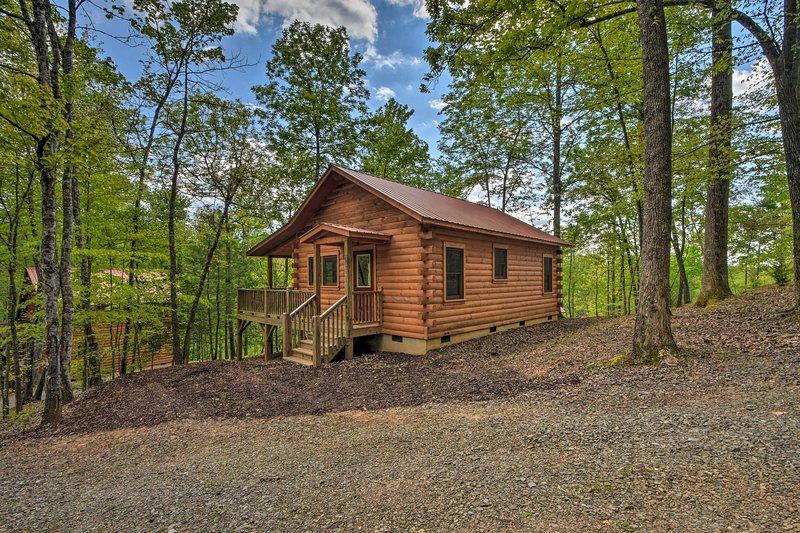 Llamando a todos los amantes de la naturaleza, esta acogedora cabaña de troncos es su refugio perfecto.