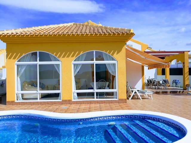 2 Bed Villa with Large Enclosed Private Garden, Pool, Air Conditioning & Wi-Fi, vacation rental in Mazarron