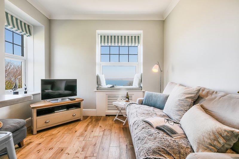 Koele en gezellige woonkamer met prachtig uitzicht op zee