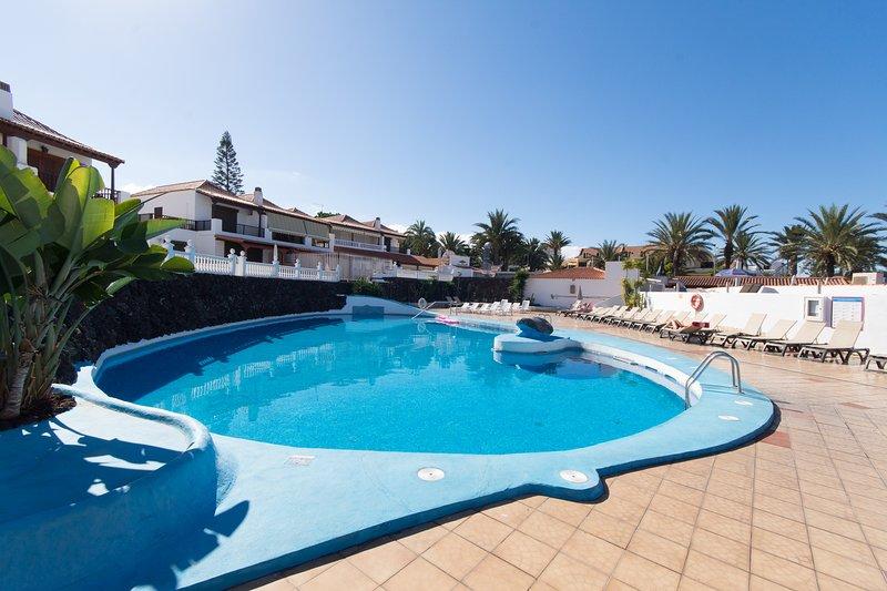 Lovely 2 Bedroom Apartment. Communal heated pool. Playa De Las Americas, holiday rental in Playa de las Americas