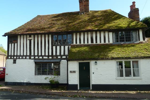 The Bell House- Beautiful 16th century cottage on the village green, vacation rental in Canterbury