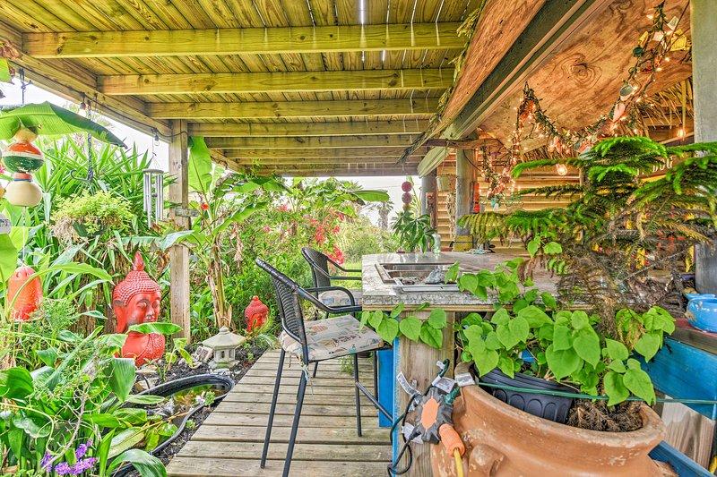 Innamorati dei lussureggianti dintorni tropicali del patio.