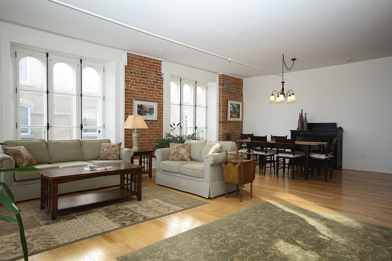 301- Frontenac-Enormous Riverfront 2 Bed-2 Bath in the Heart of Old Quebec City, vacation rental in Quebec City