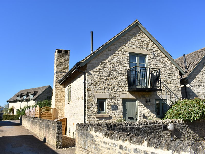BRIDGE HOUSE, WiFi, woodburner, pet-friendly cottage with en-suites & access to, holiday rental in Cirencester