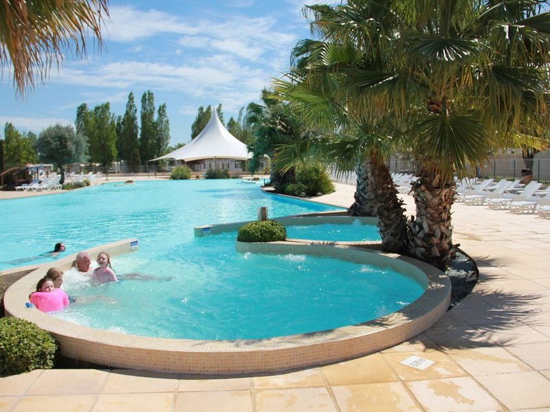 Nice bungalow with shared pool, holiday rental in La Tamarissiere